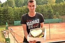 Vítěz dvouhry Marek Dopita s odměnou.