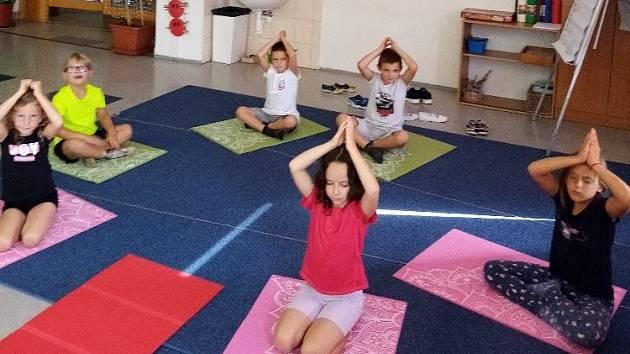 Děti v družině od září pravidelně cvičí jógu.