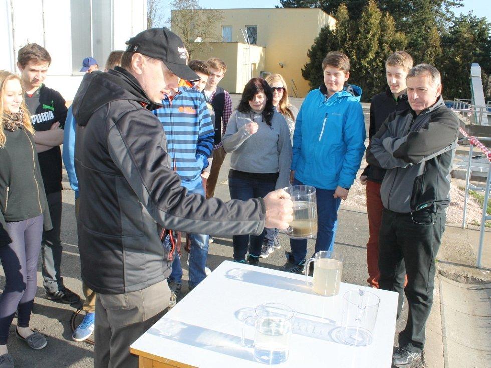LADISLAV DRBOHLAV na začátku prohlídky studentům ukázal, jak vypadá voda v jednotlivých fázích očisty.