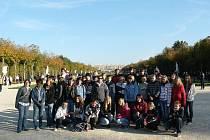 Peckovští žáci ve Francii: v zahradách ve Versailles.