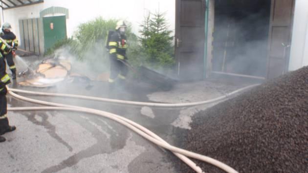 Požár měl ohnisko v kotelně a na střeše.