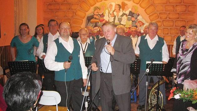 Vánoční koncert Kuželovy dechovky na Samšině.