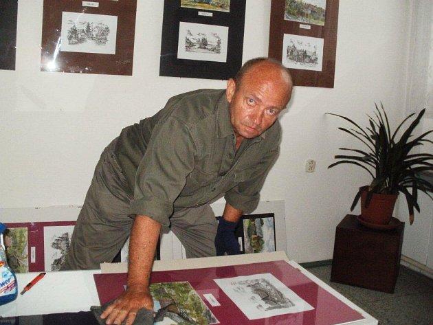 Jiří Qido Valter při instalaci expozice v knihovně.