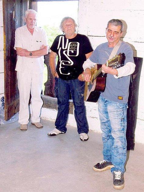 Z vernisáže výtvarníka Petra Hebera (uprostřed), Pavel Dobeš (vpravo).