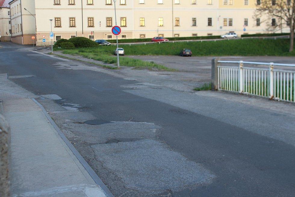 Na mnoha ulicích jsou znát četné výkopy a záplatování.
