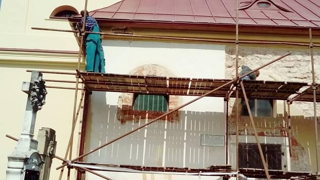 Kostelík Petra a Pavla na Byšičkách v rekonstrukci.
