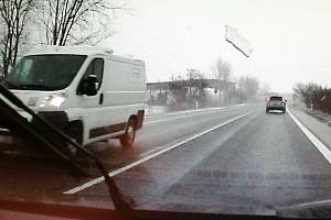 Led z dodávky skončil až v jiném voze.