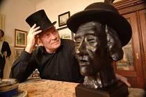 V říjnu letošního roku by se dožil 90 let pan Josef Bucek, muž mnoha zájmů, tvůrce, sochař, keramik, malíř, básník, boxer, potápěč, šperkař.