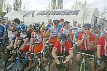LUKÁŠ KUNT v první řadě (třetí zleva) v oranžovo - bílém dresu Remerx Merida team Kolín na startu královské etapy Závodu míru. Celkově skončil dvaadvacátý,  mezi českými závodníký  pátý.