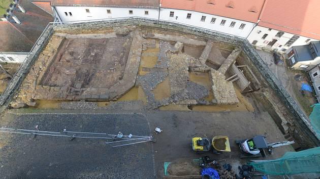 Hrad Kost v Českém ráji. První obrázek nabízí pohled na relikty obranné věže tzv. bergfrit, objevené v roce 2020. Druhý na základy brány odkryté v roce 2019.