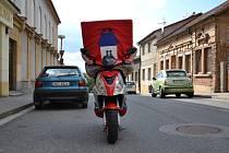 Fotky z natáčení videoklipu naznačují, že postava jménem Znak Hořic bude opravdu drsňák. Výsledný spot uvidíme už 28. září při oslavách hořických trubiček.