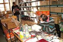 Ukázka práce muzejníků. Regionální muzeum potřebuje lepší prostory pro umístění sbírkových předmětů.