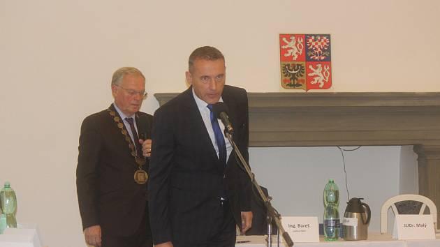 Ustavující zasedání v Porotním sále jičínského zámku.
