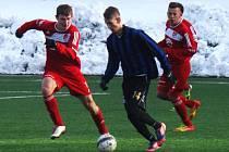 NOVOPACKÁ OFENZIVNÍ POSILA Tomáš Froněk (na snímku uprostřed) s míčem při průniku do obrany soupeře.