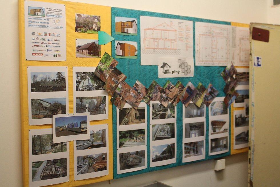 Na nástěnce jsou vystavené fotky, jak vypadal Domeček před rekonstrukcí.