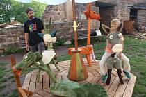 Peckovské hradní nádvoří nabízí dětem svezení na dřevěném kolotoči.