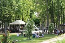 Ve středu 21. června Jičín ožil Svátkem hudby, již šestým ročníkem celoměstského multižánrového festivalu. Organizace se ujaly Kulturní zařízení města Jičína spolu s kastelánem Valdštejnské lodžie Jiřím Vydrou. Město navázalo na mezinárodní tradici, která