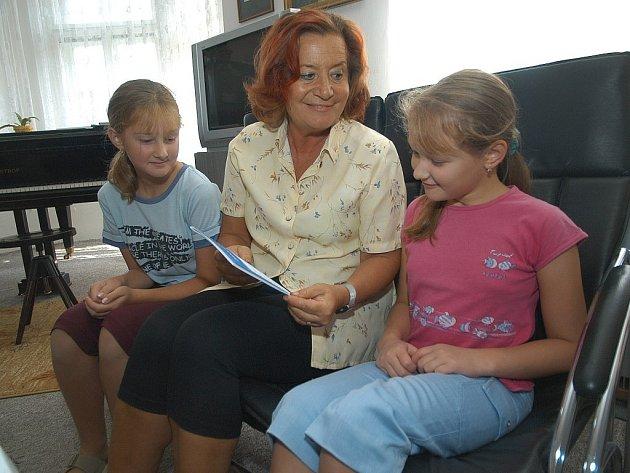 Ředitelka hořické ZUŠky Zdena Vaškovová se žačkami, na které se vztahuje grant.