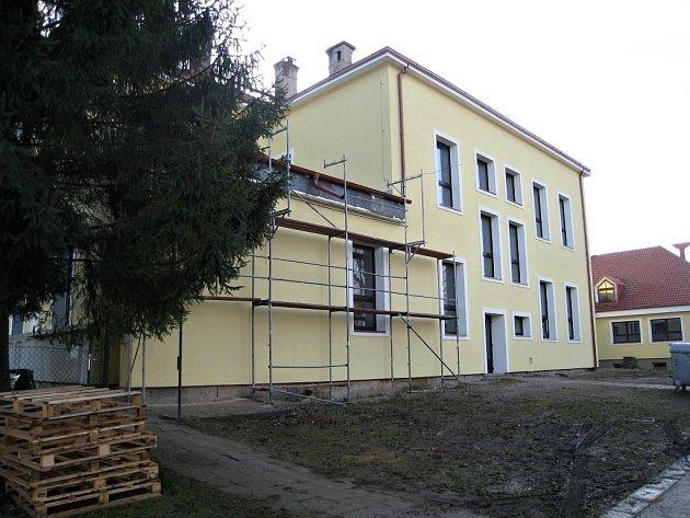 Rekonstrukce budovy cerekvické školy.