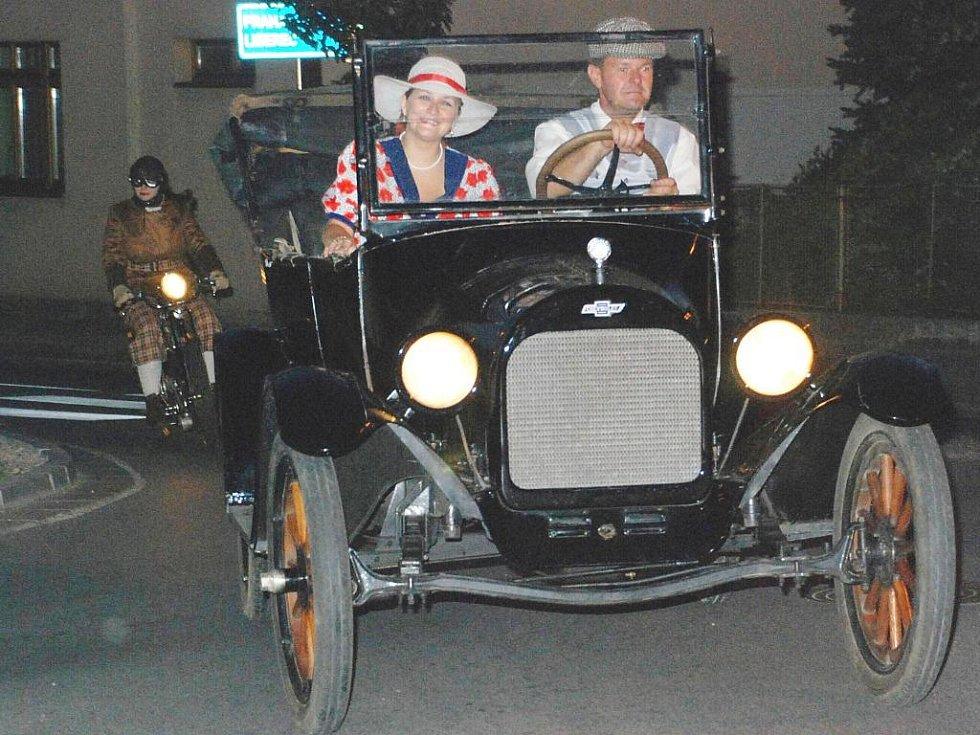 Autoveteráni při noční jízdě na jičínském Valdštejnově náměstí.