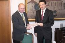 Starosta Martin Puš a ředitel Geosanu Luděk Kostka po podpisu smlouvy na akci Cidlina.
