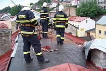 Střecha poničená větrem v Úpici.