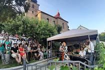 Café Terasy rozezněl koncert Chanson Trio Coucou.