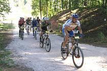 Ihned po ostrém startu čekalo cyklisty stoupání do sáňkařské dráhy a pole závodníků se začalo pozvolna trhat.