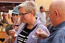 Festival vína na jičínském zámeckém nádvoří.
