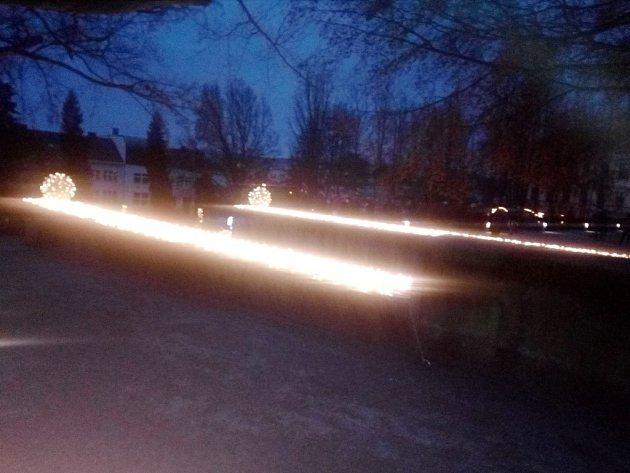 Vánoční nasvícení zámeckého parku vJičíně.