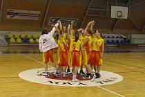 VELKÁ RADOST mladých novopackých sokolek po dvou vítězných domácích zápasech žákovské ligy.