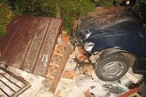 V ulici J. Š. Kubína v Jičíně nezvládl mladý řidič vozidlo a vyjel vlevo přes komunikaci, kde následně narazil do kovových vrátek a zděného plotu u domu.