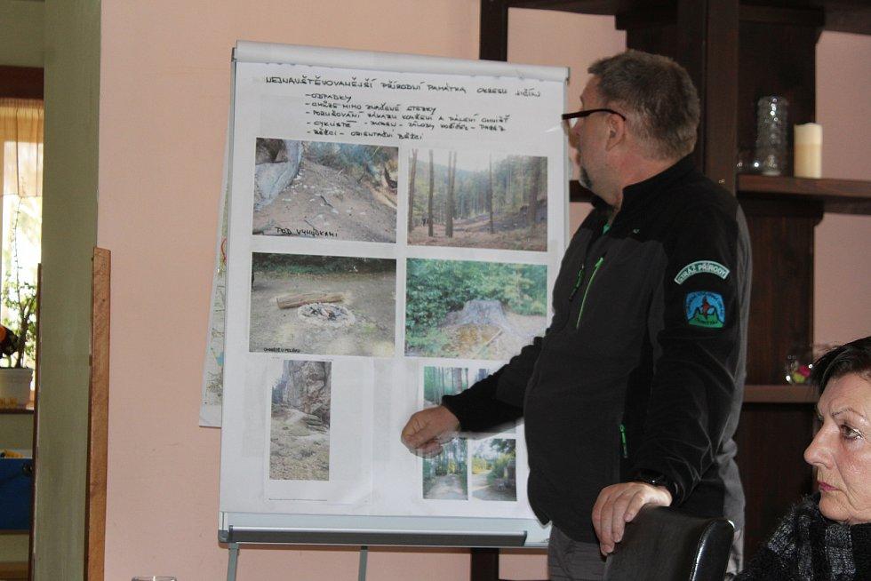 Setkání ochránců přírody s policisty a hasiči v Prachovských skalách nad ochranou přírodní rezervace.