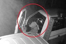 Jedná se o dospělého muže s náušnicí v levém uchu. Oblečen byl do do černé bundy s kapucí, světlých kalhot a červené kšiltovky.