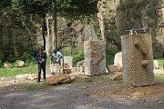 Sochaři pokračují v tvorbě soch v rámci sympozia.