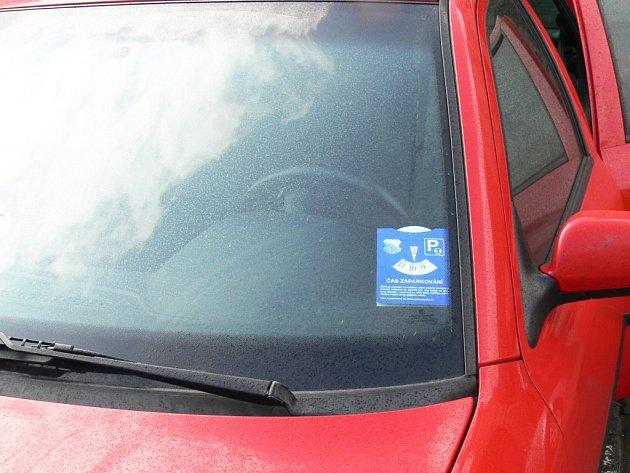 Papírové hodiny ke stanovení doby parkování.