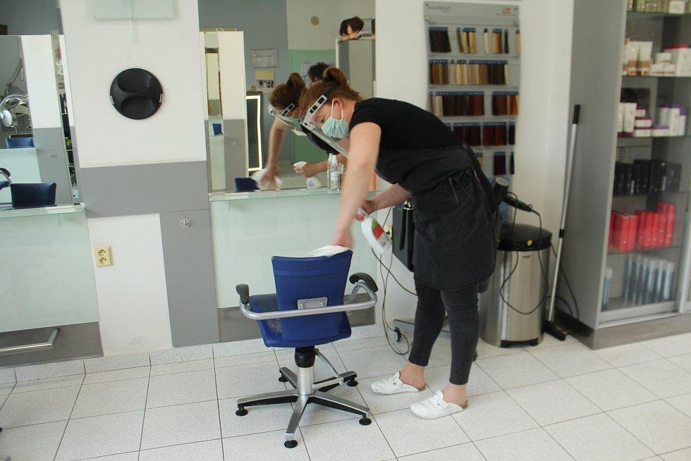 Provozovnu otevřelo také kadeřnictví Wella v Jičíně. Kadeřnice pracovaly za štítem a v rouškách.