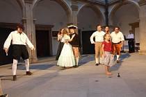 Arkádové nádvoří se při hře promění na italské Benátky.