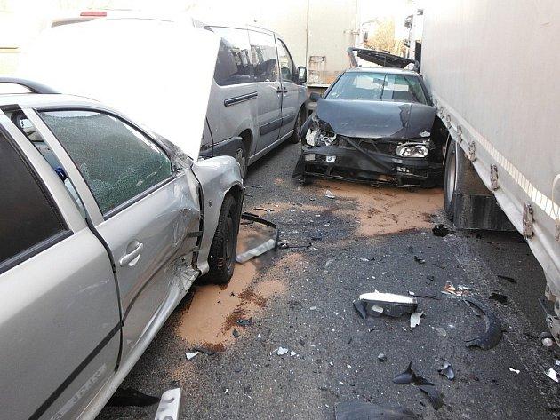 Hromadná nehoda komplikovala dopravu v Ostroměři.