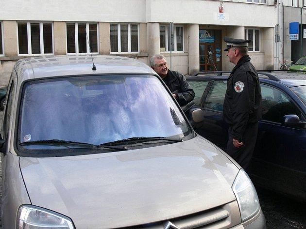 Městští policisté kontrolují parkování na Masarykově náměstí.