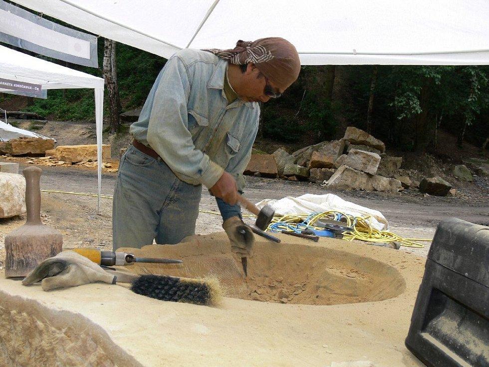 Z hořického sochařského sympozia - Akira Go z Japonska.