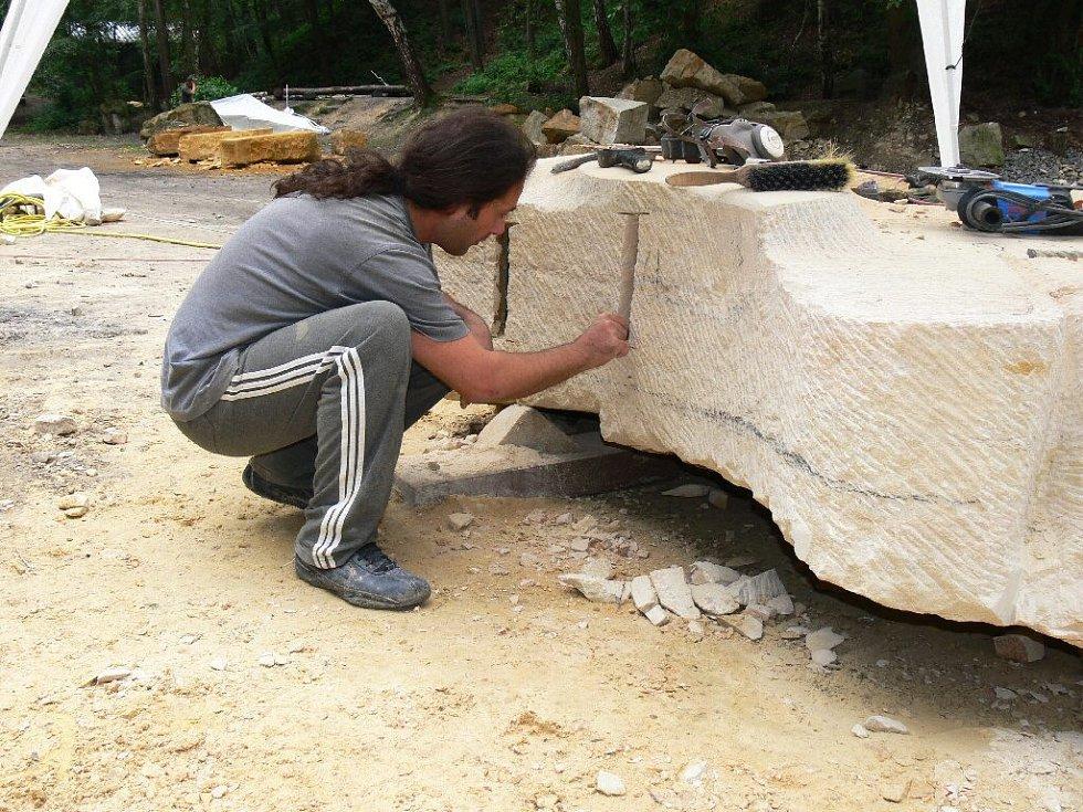 Z hořického sochařského sympozia - Evrim Çamoğlu z Turecka.