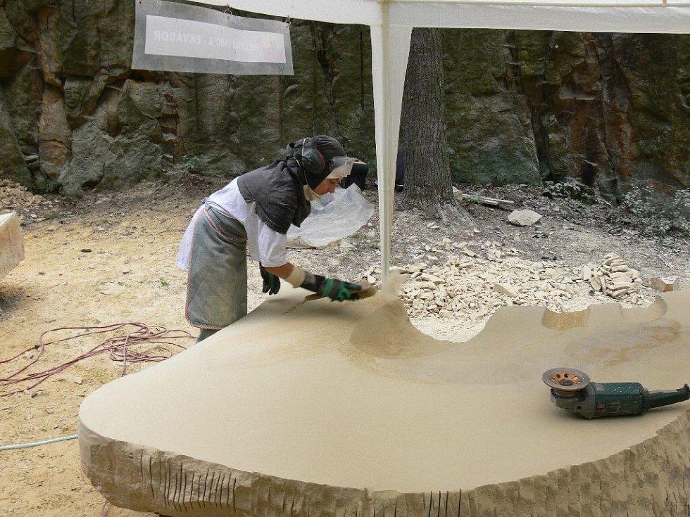 Z hořického sochařského sympozia - Helena Garcia z Ekvádoru.