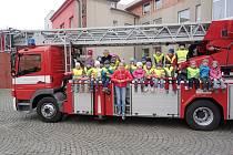 Děti z jičínské MŠ Máj u hasičů.