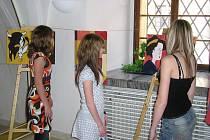 Výstava děl žáků jičínské ZUŠ v obřadní síni zámku.