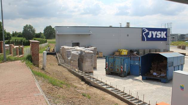 Prodejna nábytku JYSK a obchod se sekačkami Hecht Motors by měly otevřít na konci srpna. předtím musí projít zkušebním provozem. Práce se ale chýlí ke konci.