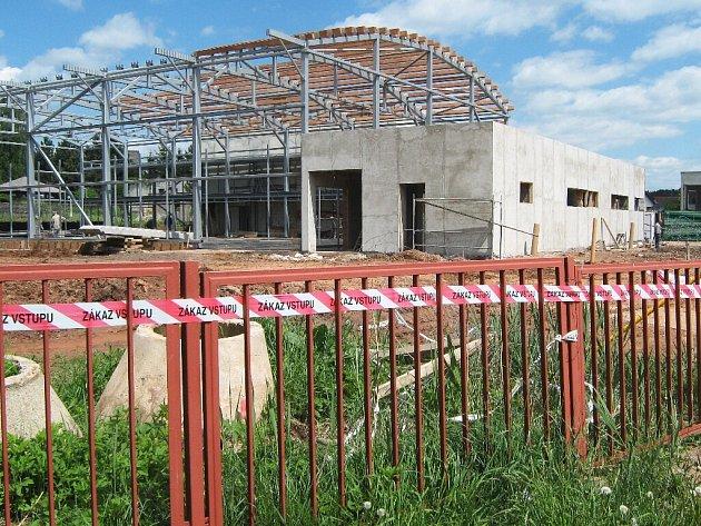 Výstavba novopacké tělocvičny, květen 2009.