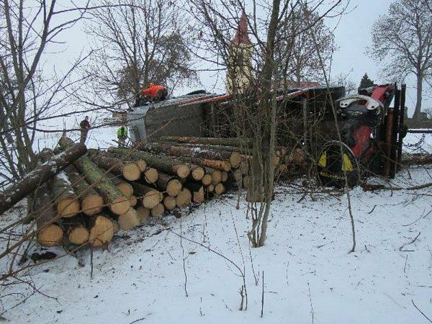 Policisté zasahovali ve středu vLázních Bělohradě unehody nákladního auta, které se převrátilo na bok isnaloženým dřevem.
