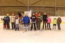 Děti z diaklubu na ledové ploše zimního stadionu v Nové Pace.