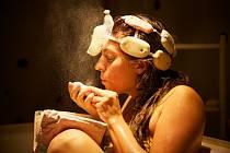 SOUČÁSTÍ PROGRAMU bylo třeba i představení Koupelny part 1: Mýdlo v podání občanského sdružení Ryba řvoucí. Inscenace pojednávala o snění v mýdlových bublinách.
